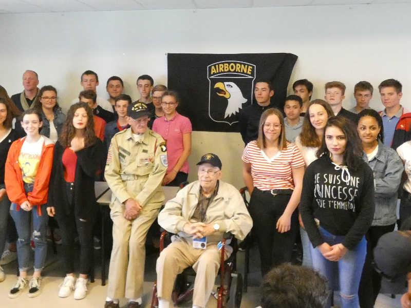 Les élèves en sortie scolaire rencontrent le vétéran Tom Rice