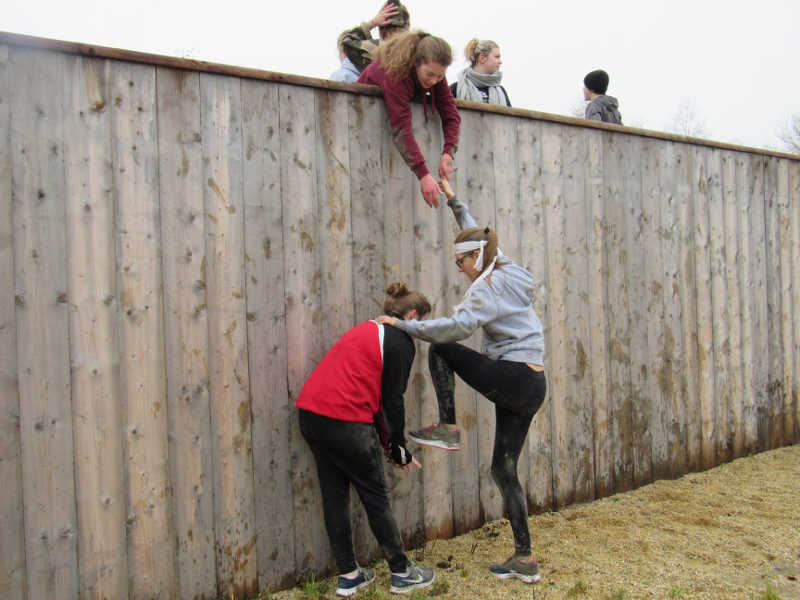 Scolaires : filles sur le parcours du combattant à carentan