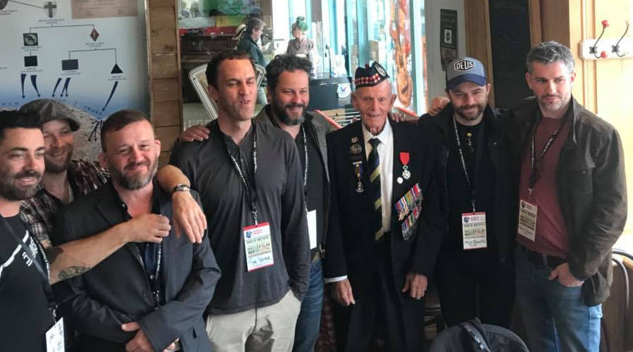 Le groupe d'acteurs de band of brothers visite le normandy victory museum