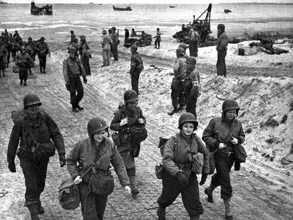 Des infirmières américaines débarquent en Normandie,
